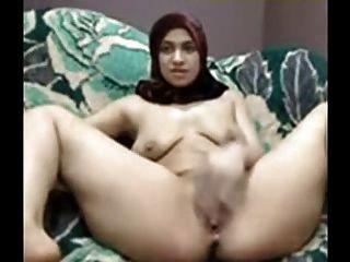 فتاة عربية مع الحجاب تلعب بوسها على كام