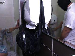 أمي وقحة من العمر يحصل على اللعنة على المرحاض