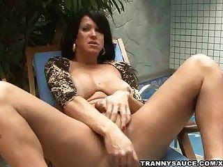 امرأة مشاكسة ترانزيستور تشيد عليها إلى جانب حمام السباحة من الصعب الديك