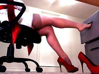 الساقين مثالية في جوارب عارية والكعب الأحمر