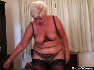 الجدة السمين في جوارب يلعب مع هزاز