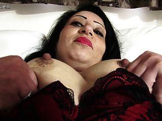الساخنة العربية أمي البريطانية الحصول على عارية وغير مطيع