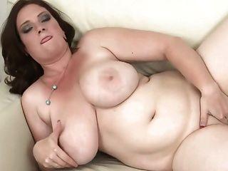 امرأة سمراء مع dildoing الثدي ضخمة