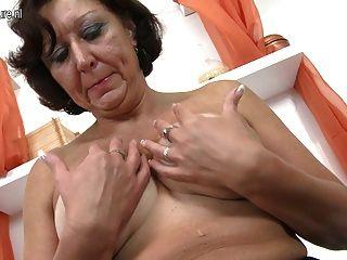 لعب الجدة الحقيقي مع بوسها الرطب القديم
