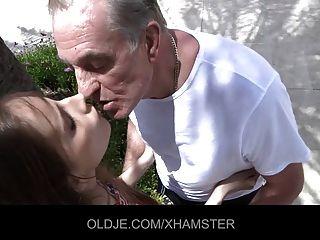 الحيل صغير سيئة الرجل العجوز ليمارس الجنس