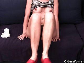 الجدة في سراويل غارقة بالإصبع العضو التناسلي النسوي شعر وتورم