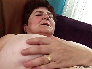 الجدة قرنية يحصل بوسها شعر الرطب له أنها يمسح لها