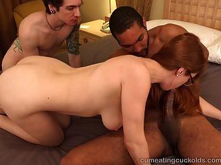 أحمر الشعر الساخن وزوجها حصة الديك الأسود الكبير