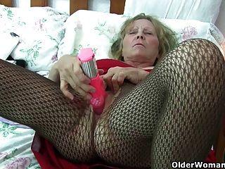 الجدة البريطانية مع كبير الثدي يعطي لها فاني علاج