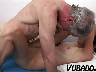 امرأة سمراء ضئيلة استغل من قبل رجل يبلغ من العمر !!