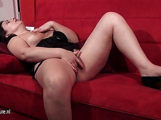 ناضجة امرأة الأوروبية استمناء على الأريكة