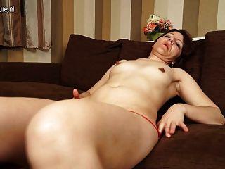 وقحة الأم الناضجة اللعب مع بوسها على الأريكة