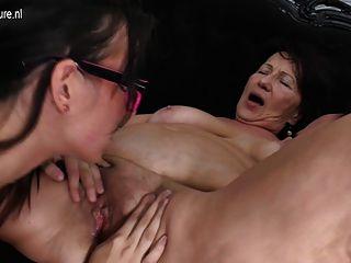 ابنة شابة مارس الجنس من قبل اثنين من مثليات القديمة