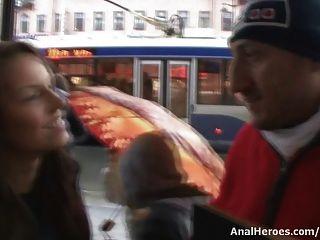 يحصل اغراء امرأة سمراء صغيرة ومارس الجنس في الحمار ضيق