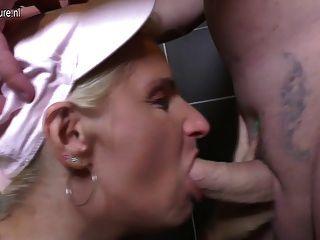 تحصل مارس الجنس الناضجة أمي وقحة على المرحاض