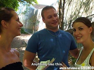 الأزواج التشيكية زوجين شابين يأخذ المال لرباعية العام