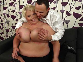 ضخمة أمي ناضجة الصدر الداعر وامتصاص لها قبالة الحمار
