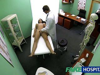 fakehospital ضئيلة طالب شاب نحيف cums في في لفحص