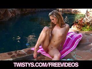 مفلس بيكيني شقراء سعيد التدليك بوسها على حمام السباحة