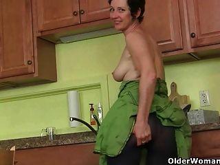 أمي يستمني بدلا من تنظيف المطبخ