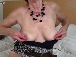 قرنية هولندي لعب الجدة ناضجة مع بوسها الرطب