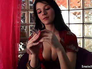 امرأة سمراء الساخنة تدخن اثنين في وقت واحد
