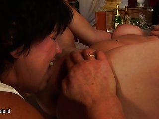 الجدة مثليه القديمة يمارس الجنس مع فاتنة الساخنة