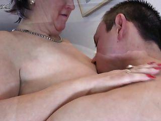 أمي ناضجة القديمة الملاعين ويمص لها الصبي الصغير