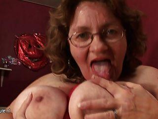 ضخم اللعب ماما الصدر مع لعبة لها