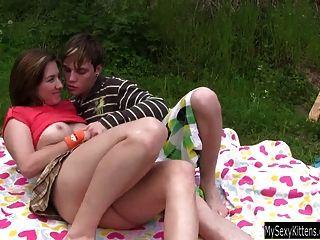 في سن المراهقة بيلا يحصل كس مارس الجنس وعلى jizzed في الهواء الطلق