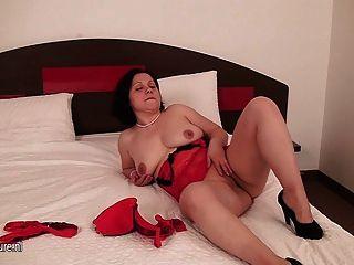 ربة منزل هواة اللعب مع بوسها على السرير