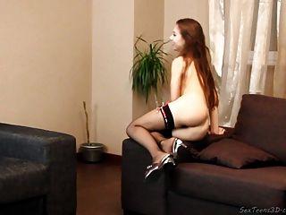 فتاة في سن المراهقة مما عارية على أريكة