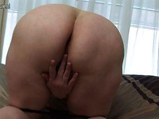 ماما اللعب كبيرة مع بوسها الرطب القديم