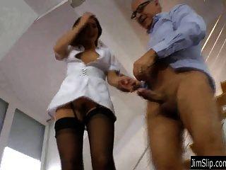 تحصل مارس الجنس امرأة سمراء ممرضة وعلى jizzed