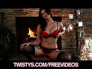 يظهر مذهلة امرأة سمراء ساني ليون لها قبالة سراويل الدانتيل الحمراء