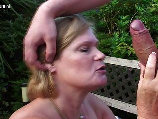 المملكة المتحدة الجدة مارس الجنس من قبل صبي صغير في حديقة منزلها