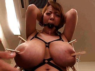 اليابانية الآسيوية مع الوحش الثدي كبيرة ذات الحلمات حطم