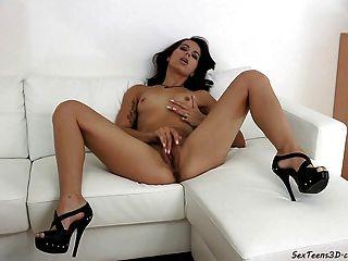 فتاة في سن المراهقة استمناء على أريكة