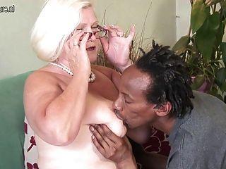 الجدة البريطانية مفلس يأخذ الشباب الديك الأسود