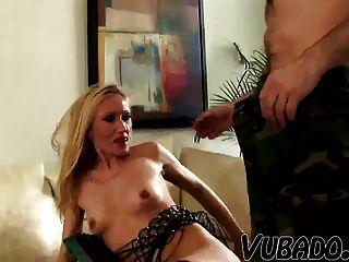 زوجته البالغة من العمر يجري مارس الجنس من قبل لها بعل الأصغر !!
