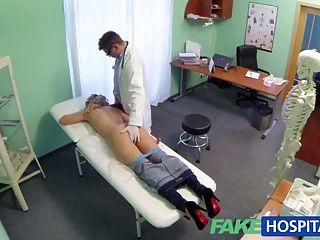 يقدم طبيب في مستشفى وهمية شقراء خصم على الثدي جديدة