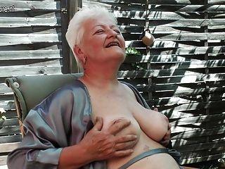 التدخين الجدة والإشارة بالإصبع لها العضو التناسلي النسوي القديم