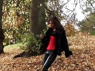 فتاة الساخنة المشي في اللباس الداخلي leatherfetish، مشد والأحذية الحمراء