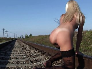الساخنة شقراء البهجة نفسها على railtrack مهجور