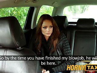 يأخذ امرأة سمراء الهنغارية hornytaxi على الديك سميكة كبير