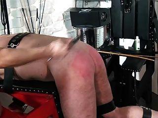 femdom معاقبة العبيد على مقاعد البدلاء الضرب من قبل المحاصيل وقصب
