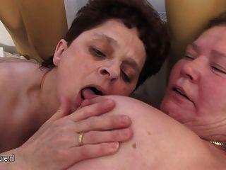 تشترك الجدات ناضجة الديك الثابت واحد