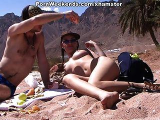 جميلة فتاة لديها الجنس على الشاطئ الرملي