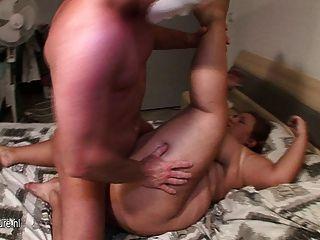 كبيرة حقيقية titted الأم الدهون مارس الجنس من قبل صبي صغير