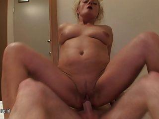 الجدة الحقيقية مارس الجنس جميلة من دون الواقي الذكري